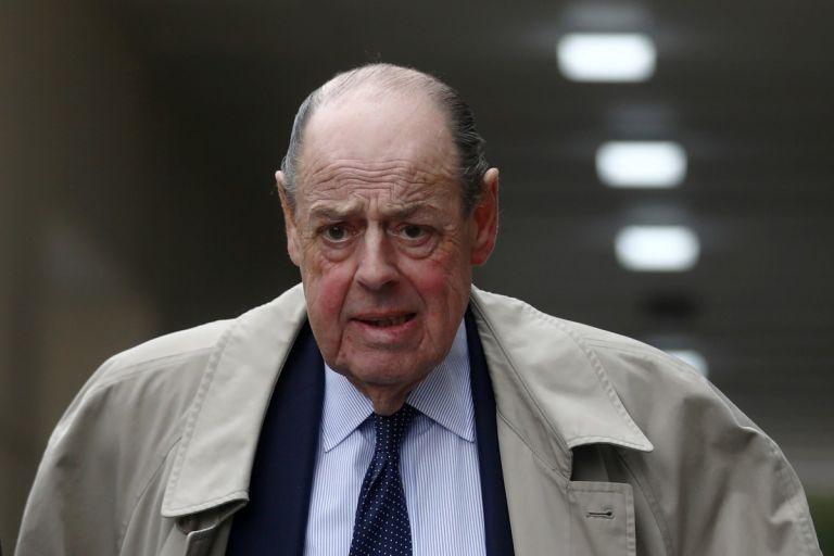 """Soames junto al """"padre"""" de la Cámara de los Comunes, Kenneth Clarke y otros 21 diputados fueron expulsados por Johnson. Foto: Reuters."""