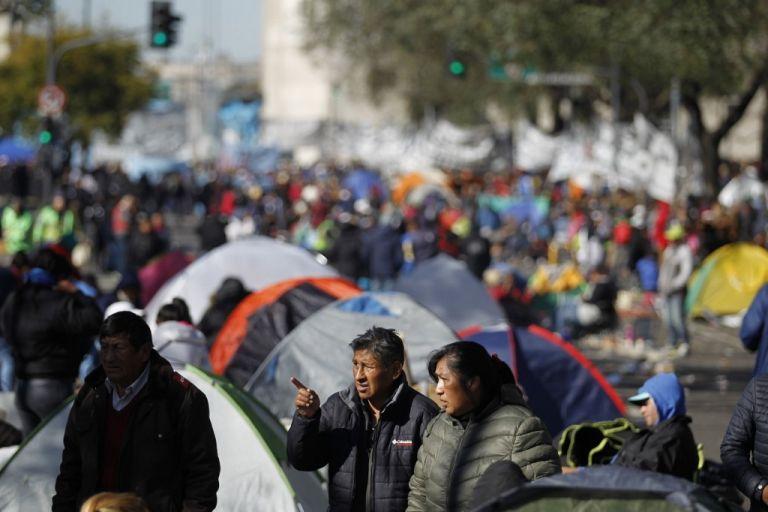 Manifestantes argentinos amanecieron este jueves acampados en la céntrica avenida 9 de Julio de Buenos Aires. Foto: AFP.