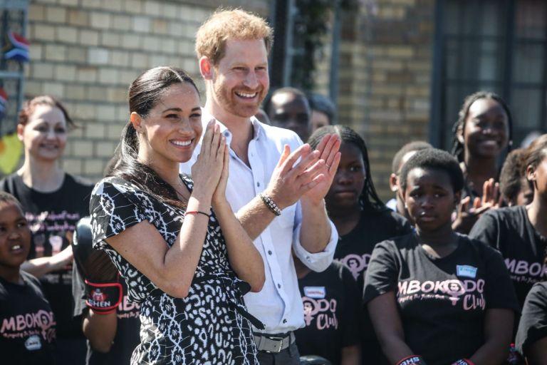 El pequeño Archie no los acompañaba durante esta primera aparición pública, sin embargo se espera poderlo ver en algún momento del viaje. Foto: AFP.
