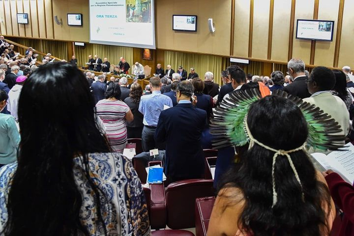 Otro de los temas del Sínodo es la posibilidad de ordenar hombres casados para suplir la carencia de sacerdotes en la Amazonía. Foto: AFP.