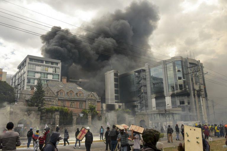 Un grupo de encapuchados ingresó a la Contraloría para destruir mobiliario y documentos. Foto: AFP.