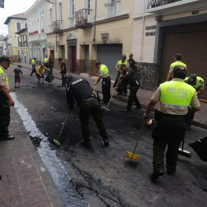 La Policía Nacional inició con las tareas de limpieza en varios sectores de Quito, entre ellos el Centro Histórico.