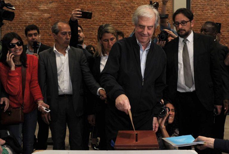 El presidente de Uruguay, Tabaré Vázquez, emitiendo su voto en un colegio electoral en Montevideo. Foto: AFP