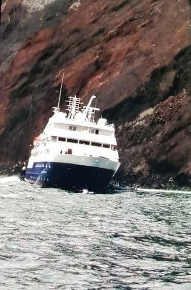 La embarcación Celebrity Xpedition permanecía parcialmente encallada en un banco de arena.