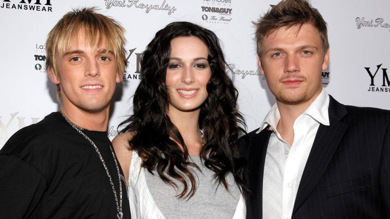Aaron Carter junto a sus dos hermanos, Angel y Nick Carter.