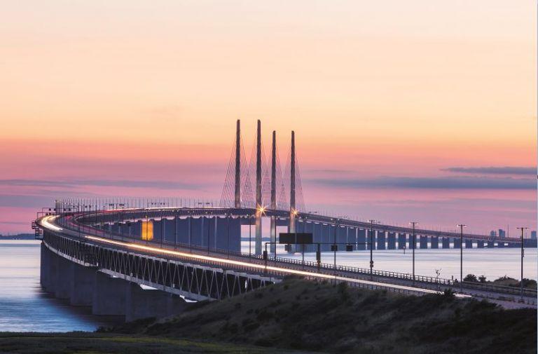 Posee uno de los mayores vanos centrales de los puentes atirantados del mundo, con 490 metros. El pilar más alto mide 204 metros. Su distancia es de 7.845 metros con un peso aproximado de 82 mil toneladas.