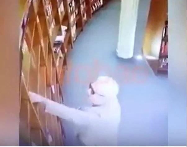 El video muestra el momento en el que un hombre, supuestamente el embajador mexicano, toma un libro y lo esconde en un periódico. Foto: Infobae