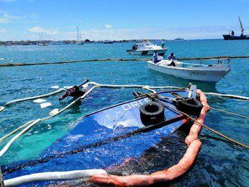 """El combustible de la barcaza sigue en sus tanques, y la """"situación está controlada"""", según director del Parque Nacional Galápagos. Foto: Ministerio del Ambiente."""