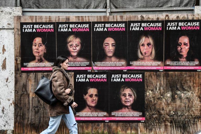 En cada afiche, debajo de los rostros heridos, se habla de la situación de miles de mujeres en todo el planeta. Foto: AFP.