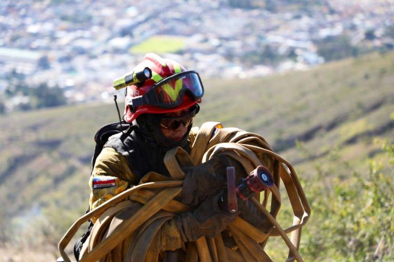 Las labores de enfriamiento y terminación del incendio forestal continuarán hasta su liquidación total.