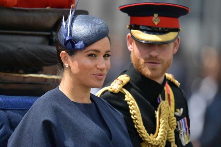 El príncipe Enrique y su esposa, Meghan Markle, no usarán más sus títulos monárquicos ni recibirán fondos públicos. Foto: AFP.