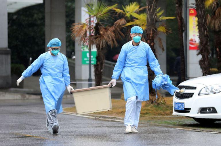 Personal médico en el hospital Jinyintan, donde los pacientes contagiados de coronavirus están siendo tratados, en Wuhan, China. Foto: Reuters.