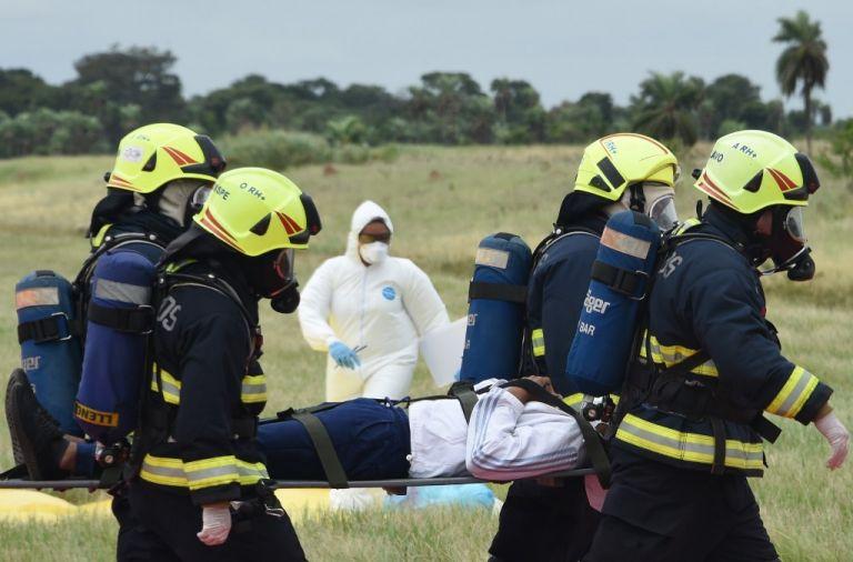 Paramédicos realizan un simulacro de contención en un aeropuerto de Bolivia, en el contexto de la emergencia mundial de coronavirus. Foto: AFP.