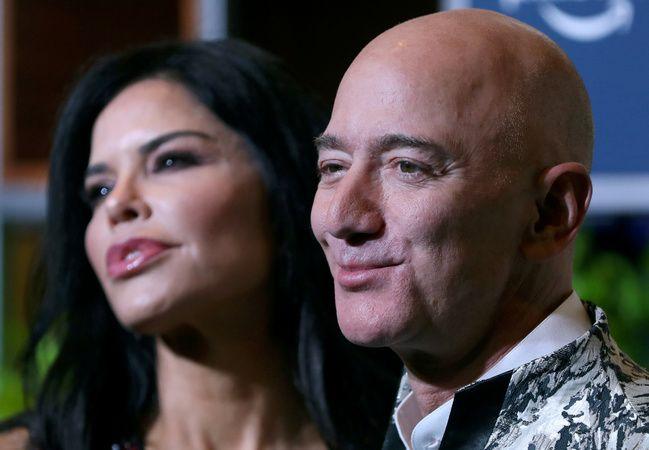 El año pasado, el New York Post reportó que Bezos y su novia, Laura Sánchez, estaban buscando una mansión en Los Ángeles y visitando residencias por la zona. Foto: Reuters.