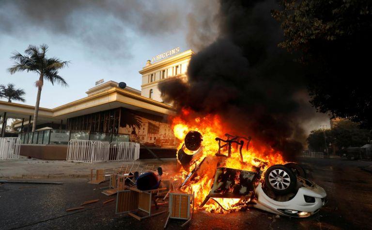 Carro incendiado durante las protestas contra el Gobierno de Chile en Viña del Mar. Foto: Reuters