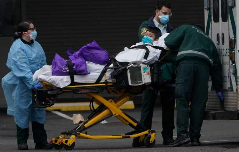 El personal médico afronta largas jornadas y escasez de equipos de protección.