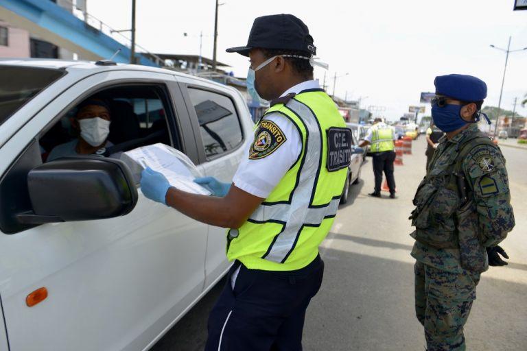 Militares, policías y agentes de tránsito controlan el cumplimiento del toque de queda. Foto: AFP.