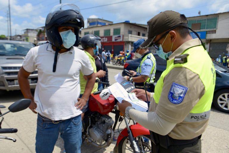 Hasta el momento, se han realizado 19.631 operativos policiales, controlando 94.495 establecimientos. Foto: AFP.