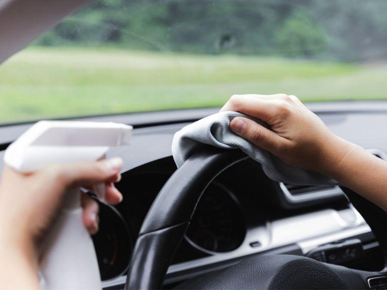 Según un estudio de la Universidad de Princeton, Estados Unidos, el coronavirus puede permanecer hasta 5 días en el interior de un automóvil. El tiempo de permanencia variará acorde a la superficie.
