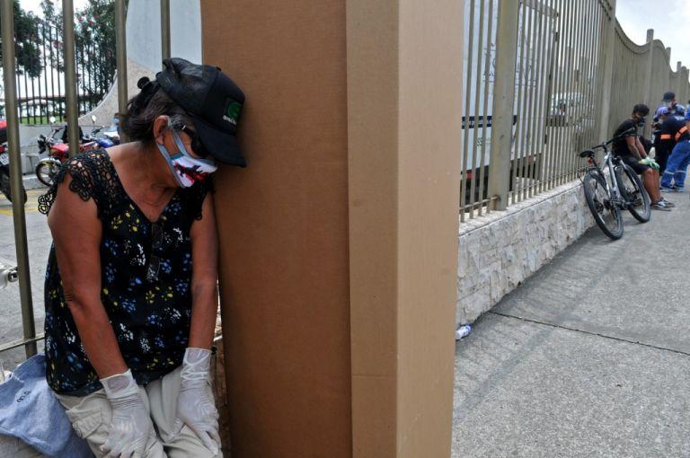 """Los médicos """"me decían: 'sabe que, tómele usted la presión'; o sea no querían tocar a mis padres"""". Foto: referencial AFP"""
