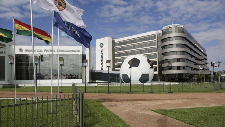 La pandemia de coronavirus motivó la paralización temporal de las Copas Libertadores y Sudamericana, así como la suspensión de las primeras dos jornadas de la eliminatoria al Mundial de Catar 2022, que debían disputarse a finales de marzo.