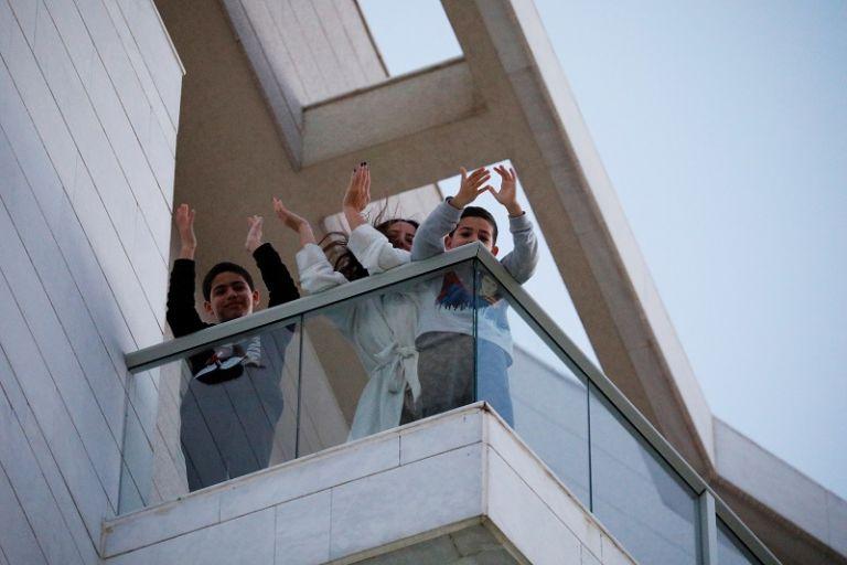 Convocan a las 7 de la noche de este jueves a la jornada de aplausos. Foto: Reuters