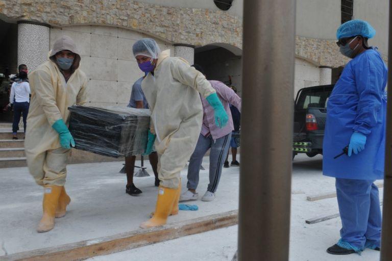 Ya es común ver largas filas de vehículos con ataúdes de cartón esperando ingresar a los cementerios. Foto: AFP