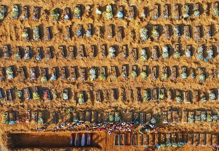 Vista área de una zona del cementerio Parque Taruma de Manaos dedicada a enterrar a los muertos de la emergencia. Foto: AFP.