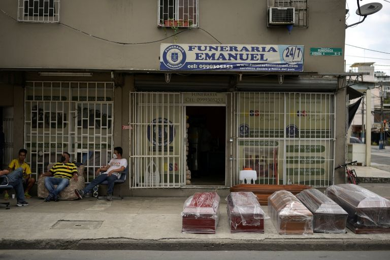 El brote de fallecidos por COVID-19 en Guayaquil supera, en proporción, al de Nueva York, Estados Unidos, que es la ciudad con más casos en todo el mundo.