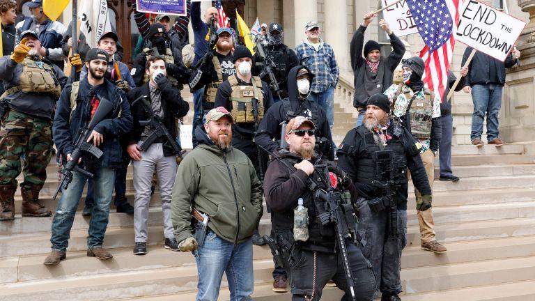 Hombres armados ingresaron al Capitolio de Michigan para protestar contra el confinamiento