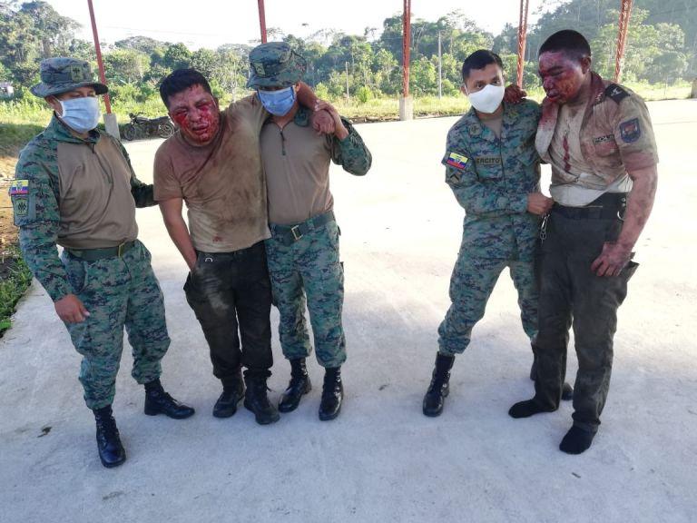 La ministra adjuntó a su publicación en Twitter una fotografía en la que se aprecia a los dos policías con sus rostros hinchados y sangrando tras acudir a atender una alerta por una riña en Huamboya, Morona Santiago.