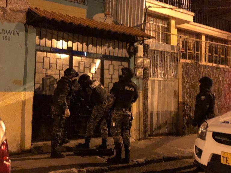 Uno de las detenciones realizadas por Fiscalía a quienes estarían implicados en los saqueos a camiones en la avenida Bolivariana de Ambato, provincia de Tungurahua.