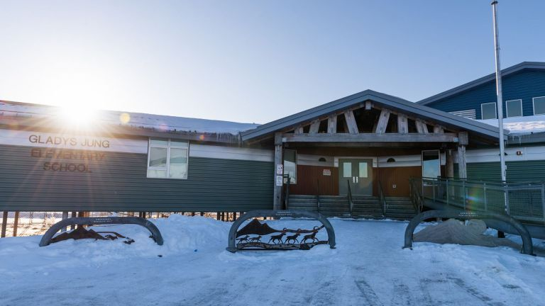 El director de la Escuela Gladys Jung de Bethel, una localidad rural en Alaska, será juzgado desde junio por abusar de las alumnas.