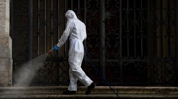 Varios municipios del país adoptaron la limpieza de sus calles con desinfectante.