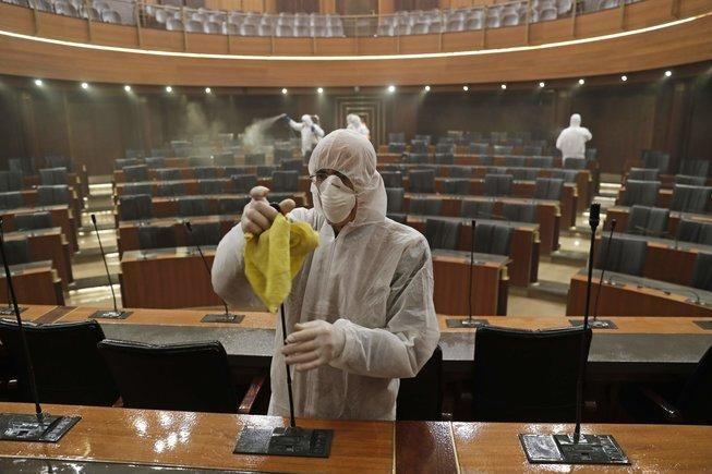 Trabajadores desinfectan el Parlamento del Líbano, en Beirut. Foto: AFP.