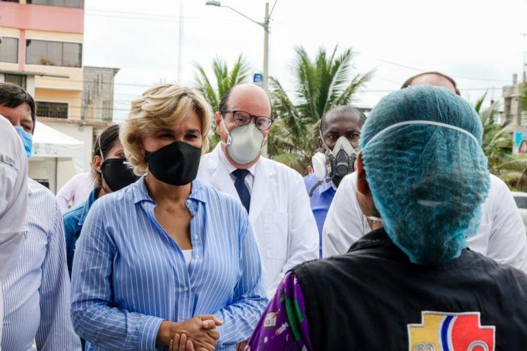 """La alcaldesa de Guayaquil, Cynthia Viteri, lindó de responsabilidades a la ciudadanía en el cuidado que conlleva el cambio de color del semáforo: """"aquí hay una corresponsabilidad, que está determinada con las medidas de distanciamiento y bioseguridad""""."""
