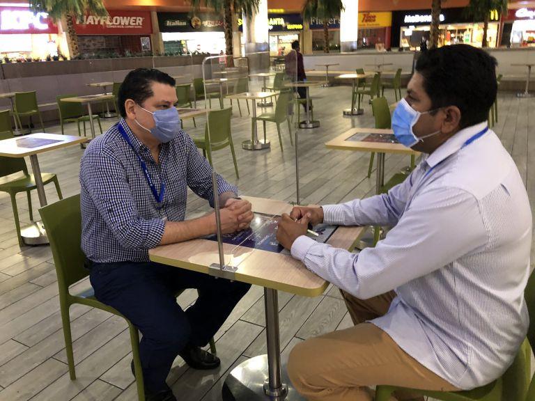 Todos los visitantes deberán mantener el distanciamiento social. En la imagen, se muestra al centro comercial Mall del Sol de Guayaquil con un acrílico que separa el espacio de personas en una mesa.