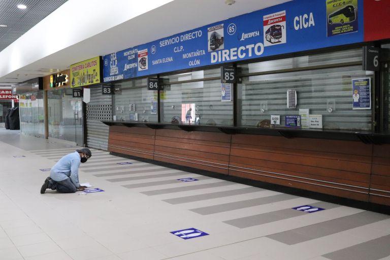 Las salas de espera, boleterías y escaleras eléctricas del Terminal Terrestre de Guayaquil tienen señalética para respetar la distancia mínima. En el patio de comidas se han reducido mesas para cumplir con el distanciamiento