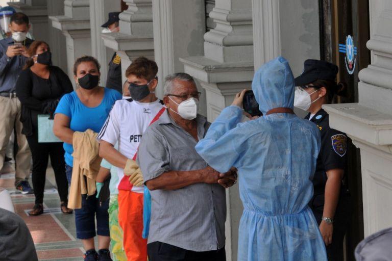 Por primera vez, Guayas registra un porcentaje menor a la mitad del total de casos positivos en el país. Foto: AFP