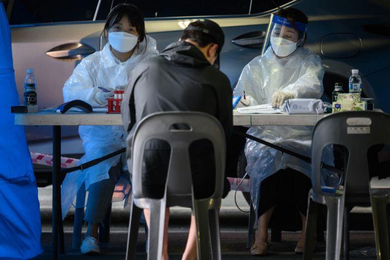 Las autoridades señalaron 79 nuevos contagios, la mayoría en la zona metropolitana de Seúl, capital de Corea del Sur. De ellos, 69 se produjeron en personas que frecuentaron un almacén de la compañía de comercio electrónico.