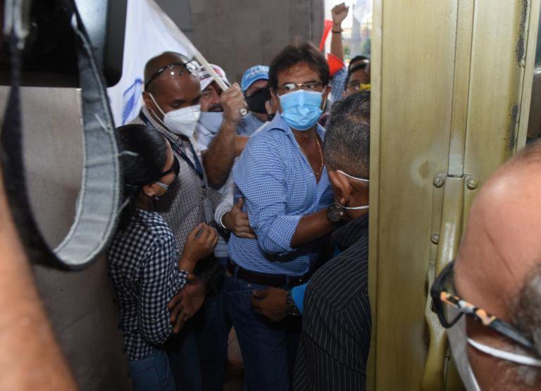 El prefecto del Guayas, Carlos Luis Morales, llegó a bajo el Partido Social Cristiano, que ahora pide su renuncia. Ante su negativa, los alcaldes del PSC tramitan una solicitud para destituirlo.