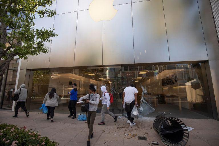 Apple bloqueó todos los teléfonos llevados en los saqueos de las manifestaciones en Estados Unidos. No solamente eso, sino que apenas se lo enciende, aparece un mensaje en el que pide devolver el iPhone a la tienda Apple correspondiente y que su ubicación está siendo enviada a las autoridades locales.