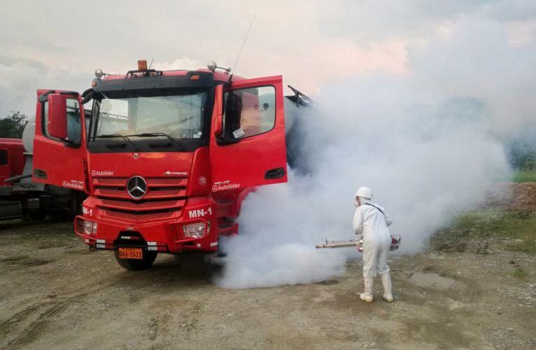 Parte del protocolo de bioseguridad de las empresas mineras comprende la desinfección de sus camiones de carga.  Foto cortesía Lundin Gold