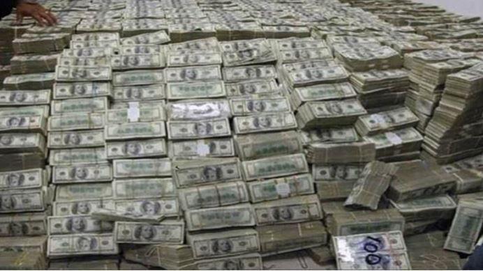 En una de las fotos se ve una gran cantidad de fajos de billetes de $100.