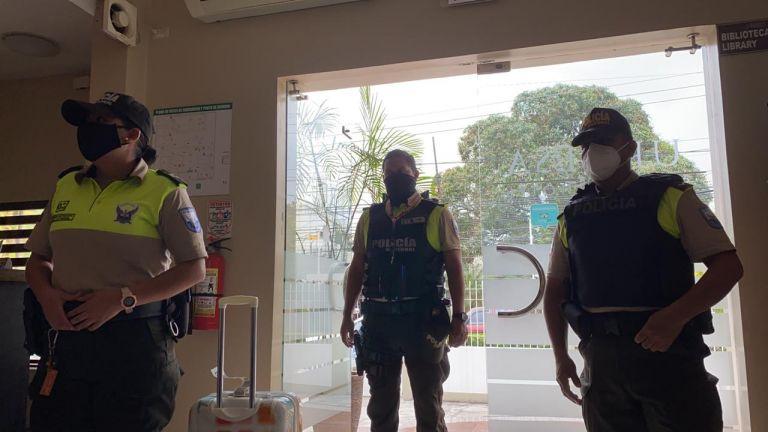 La Policía le indicó a María Paulina Briones que si dejaba el hotel, ellos tendrían que hacer un parte y que luego podría ser sancionada.