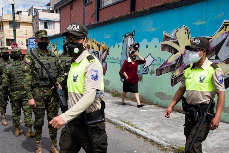Militares y policías ecuatorianos patrullan por las calles para contener la aglomeración de personas y detectar las actividades no autorizadas. Foto: EFE