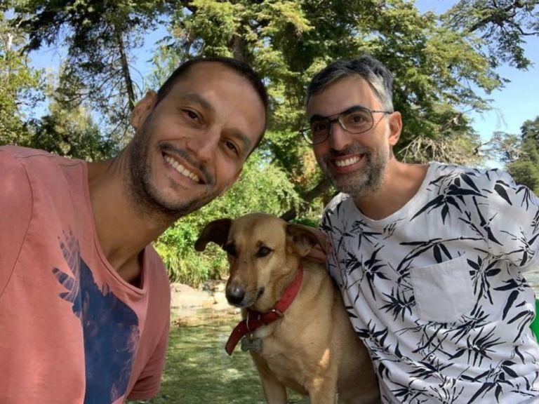 Fotografía cedida por la pareja conformada por los argentinos Joaquín (d) y Nicolás (i) mientras posan junto a su perro, en Buenos Aires (Argentina). Foto: EFE.