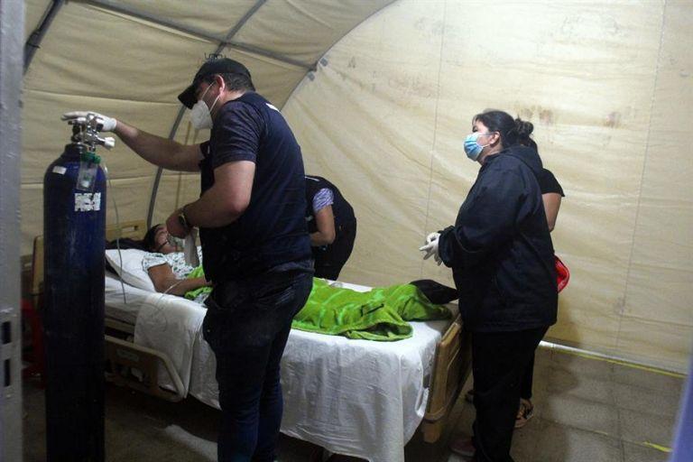 """Un grupo de voluntarios conocido como """"Ángeles contra el COVID"""" atiende a una enferma con Covid-19 en Santa Cruz (Bolivia). Foto: EFE."""