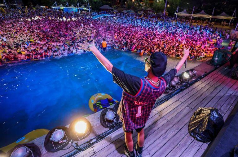 Una multitud participa en una fiesta de música electrónica en el parque acuático Maya Beach en Wuhan, China, el pasado 15 de agosto. Foto: EFE