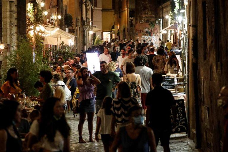 Así luce Roma en la noche, en donde no todos usan mascarillas. Foto: EFE.